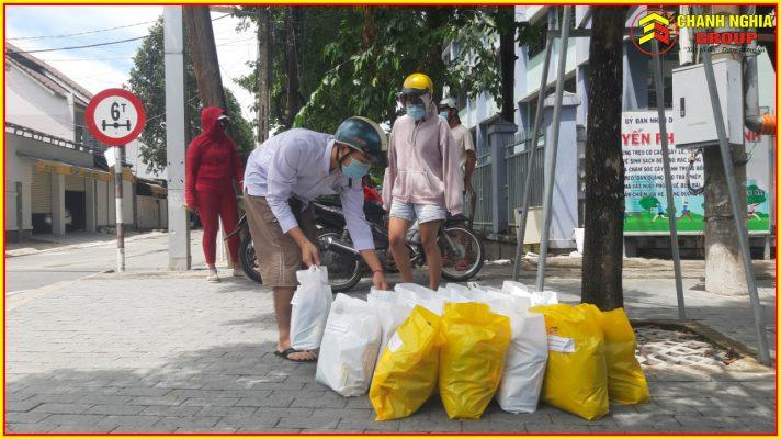 Chanh Nghia Group tang qua luong thuc cho ba con o vung dich tai Binh Duong 12